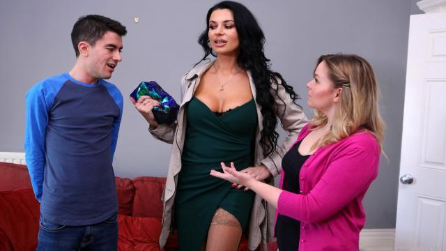 Сыночек трахает светловолосую мамку и доводит её до бурного оргазма