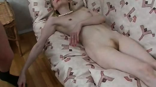 Тетка возбудилась во время уборки и отдалась на мягком диване племяннику