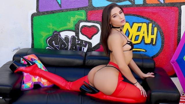 В лесу деваха оттрахала привязанного к дереву чела