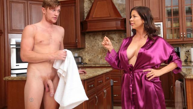 Азиатская девка сосет огромный черный хуй похотливого любовника