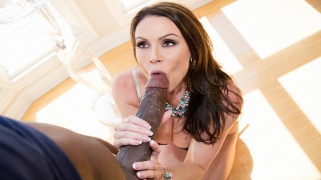 Мужик сношает свою любовницу в возбужденную пилотку раком на кровати
