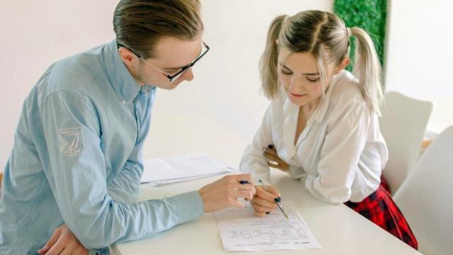 Развратная женщина принимает член похотливого любовника в пилотку