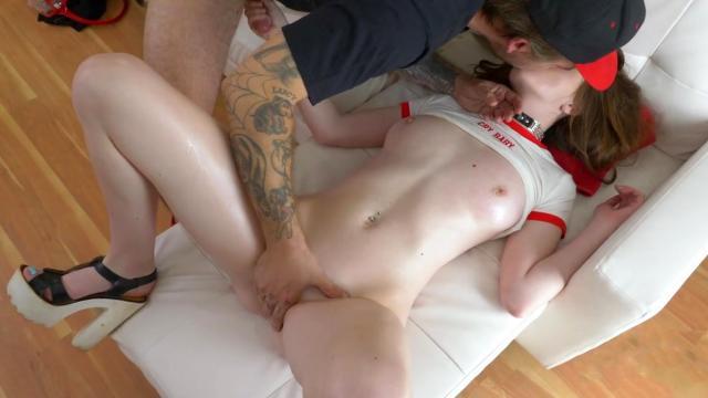 Обнаженная женщина сосет хуй соседского развратника при муже