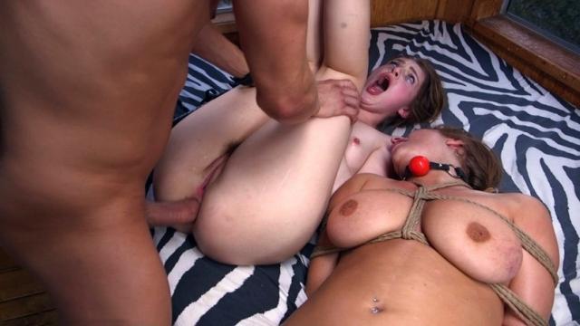 Зрелая русская женщина отсасывает член соседа и получает порцию спермы в рот