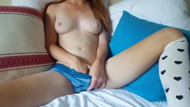Девушка сосет член и отдается парню на капоте автомобиля в лесу