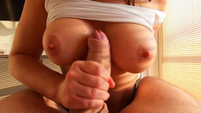 Зрелый мужик разминает пизду дочери длинным фаллоимитатором
