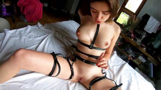 Мамаша в чулках раздвинула ноги и потрахалась с сыном на кровати