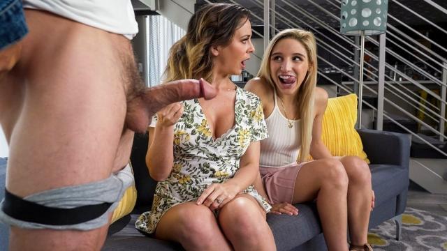 Две подруги развлекаются с секс машинами на полу