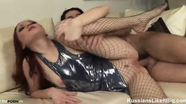 Шлюшка в чулках постанывает от анального секса с развратником