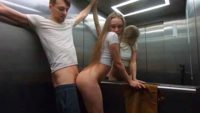 Похотливый доктор трахает худую пациентку в узкую пилотку на кушетке
