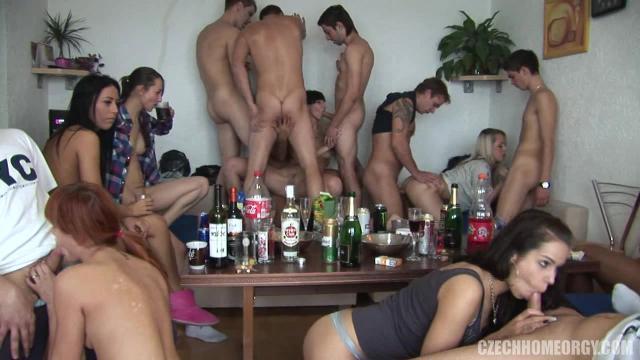 Мужик трахается с тарнсексуалкой на высоких каблуках
